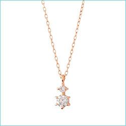 中でもおススメは、ダイヤモンドやパールのシンプルなネックレス。